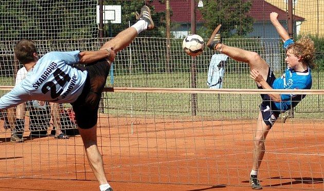 Výborný výkon v utkání play out nohejbalové extraligy podal v sobotu Ondřej Vít, který smečuje vpravo proti bloku janovickohé Škabrouda.