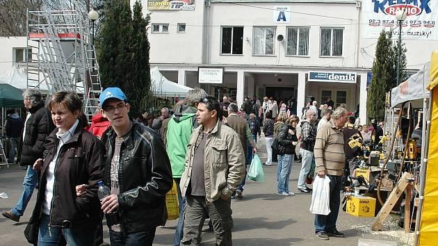 Lidé před hlavním pavilonem na lounském výstavišti při jednom z veletrhů