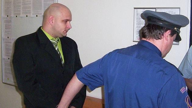 Obžalovaný Peter Olšavský před soudem kvůli smrti dvouleté dívenky v Černčicích na Lounsku.