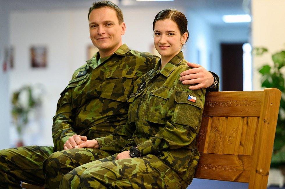 Major René Krátký ze žatecké 4. brigády rychlého nasazení a nadrotmistryně Hana Kožušníková z 26. pluku velení, řízení a průzkumu.