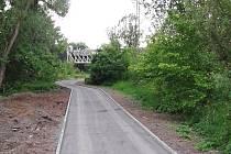 V Žatci se staví druhý úsek cyklostezky Ohře. Končí u železničního mostu u Libočan, hotový má být v červnu.