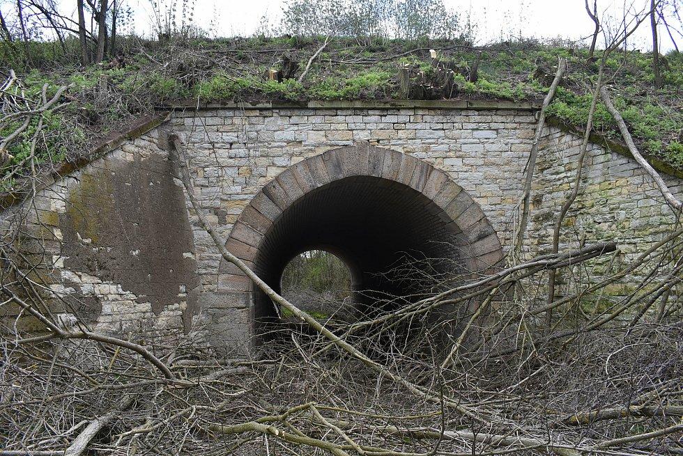 Kamenný klenbový most z roku 1871 u Deštnice slouží k převedení polní cesty pod železniční tratí.