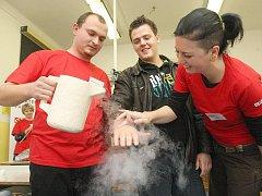 Vysoká škola chemicko technologická studenty zaujala netradiční ukázkou chemických pokusů.