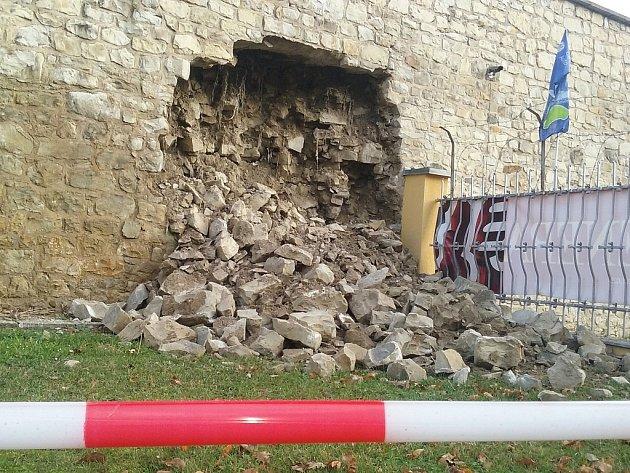 Část historického městského opevnění vLounech se vyvalila. Podle statika hrozí stejný vývoj ina dalších dvou místech