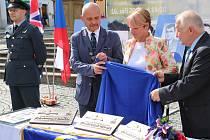 Desky byly odkryty senátorkou a starostkou Žatce Zdeňkou Hamousovou, starostou Loun Radovanem Šabatou (vlevo) a zastupitelem Vladimírem A. Honsem