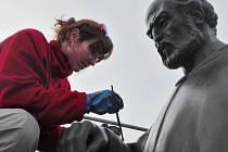 Restaurátorka Markéta Kynclová ze Stradonic opravuje sochu Benedikta Rejta na stejnojmenném náměstí na lounském sídlišti
