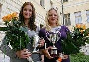 Karolína (vlevo) a Kristýna Plíškovy na archivním snímku při prvním přijetí na lounské radnici v roce 2010 už jako tenisové hráčky - juniorky.