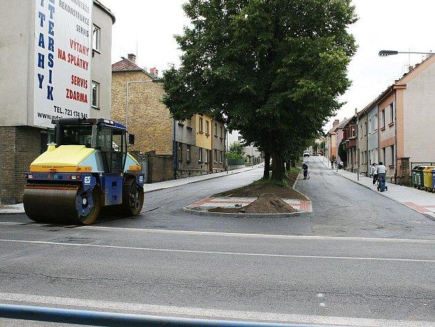 Válec dokončuje úpravu povrchu vozovky v ulici S. K. Neumanna, která přestane být slepou ulicí.