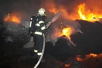 Hasiči likvidují požár granulátu ve společnosti Hargo, ke kterému tam došlo před dvěma lety. Časté jsou dopravní nehody poblíž zóny Triangle, ke kterým nyní jezdí hasiči ze Žatce.