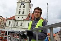 Se stavbou podia a přípravou ozvučení pomáhá také Daniel Vostrý.