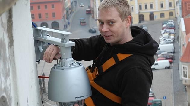 Petr Janouch na žatecké radniční věži provedl výměnu kamer.