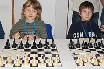 Matyáš Černíček ze Slavětína (vlevo) a David Lang na Lidické simultánce