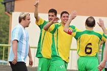 Podbořanští fotbalisté (ve žlutém) porazili soupeře z Kopist 3:1.