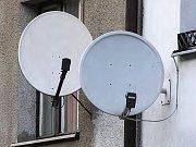 DIGITÁLNÍ VYSÍLÁNÍ SE BLÍŽÍ. Na Chebsku skončí analogový příjem televizního signálu už 30. září. Je tedy nejvyšší čas zvolit druh příjmu digitálních dat. Lukáš Jor z prodejny elektro v Chebu může zákazníkům nabídnout set–top–boxy. Foto: Deník/ Hoai Le Thi