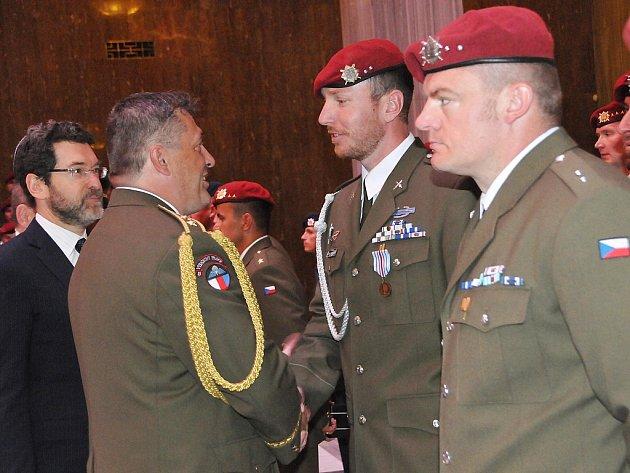 Vojáci ze žatecké brigády převzali ve Slavnostní síní Národního památníku v Praze na Vítkově medaile, odznaky a záslužné kříže za službu v Afghánistánu