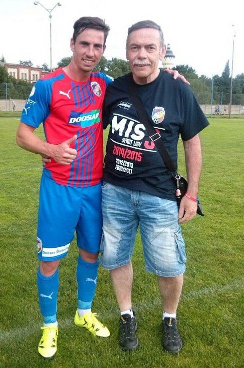 Jaromír Hykl jako fanoušek Plzně s Petrželou.
