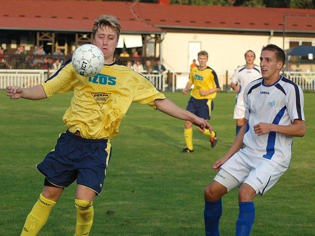 Jiří Fišer (vlevo) si kryje míč před dotírajícím obráncem Chomutova.