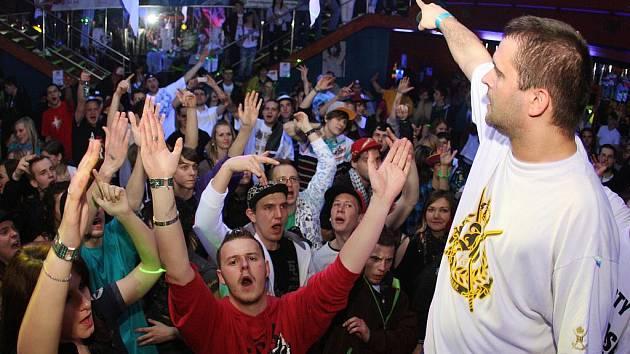 Slovenský rapper Zverina při vystoupení v lounském Imperiu