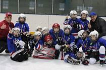 Mladé naděje lounských hokejistů po turnaji v Neratovicích.