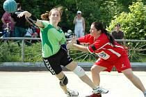 Prvoligové utkání Žatce (v červeném) proti Dobrušce. Na snímku domácí Lucie Schneiderová
