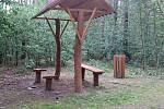Poničené lavičky v lese u Holedeče