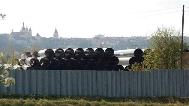 Uložené trubky pro plynovod Gazela v areálu bývalé Fruty v Žatci.