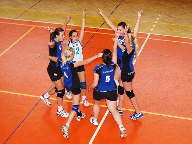 Volejbalistky Severu Žatec (v modrém) v duelu juniorských výběrů porazily ve dvojzápase Veros Chomutov