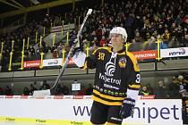 JAN ALINČ při exhibici k sedmdesátinám litvínovského hokeje v prosinci 2015. Na zimním stadionu, kde zažil řadu úspěchů, o čtyři roky později utrpěl osudové zranění.