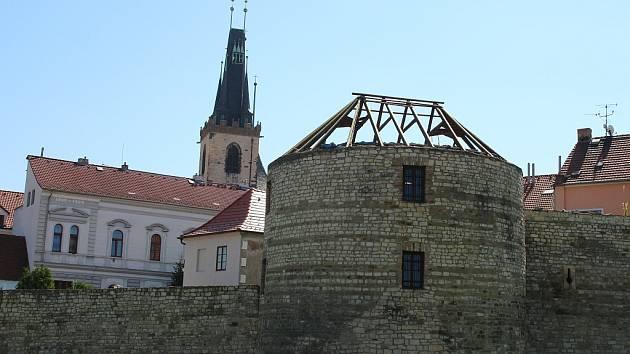 Druhá bašta v lounském opevnění dostává novou střechu