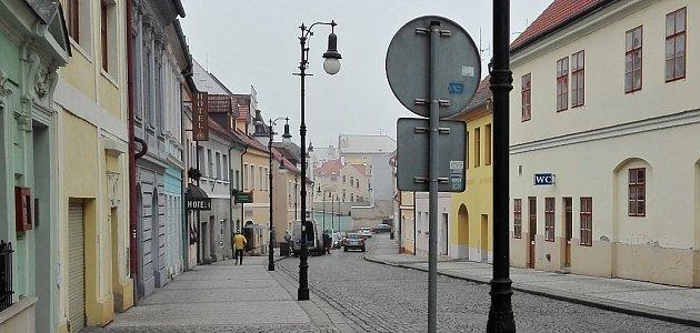 Hilbertova ulice vLounech, pohled směrem od náměstí. Po levé straně se nebude smět zastavit