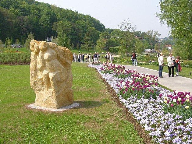 Květiny na výstavě v Německu, kde měla svůj stánek – chmelnici – i obec Ročov.