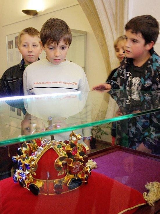 Návštěvníci lounského muzea si prohlížejí vystavenou kopii Svatováclavské koruny