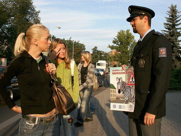 Policista Tomáš Krupička při bezpečnostní akci v Lounech.