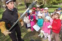Simona Petriková ze žatecké městské policie ukazuje dětem z mateřské školky Alergo, jak strážníci odchytávají psy.