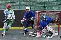 Lounští hokejbalisté opět ztratili jasně vyhrané utkání, nepomohl jim proti Liticím ani pokus o nápor v závěru zápasu. Na snímku se snaží lounský Marek Svoboda (ve světlém) obelstít obranu Litic, bohužel neúspěšně.
