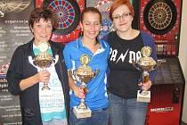 Turnaj žen: 1. místo Kateřina Hálová (uprostřed), 2. místo Marcela Rajmanová (vpravo), 3. místo Hana Kučerová.
