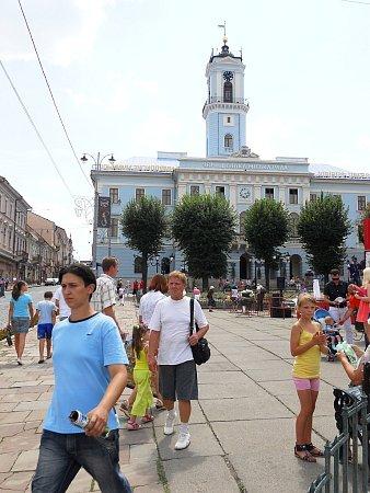 Festival Žatecký Gus ve městě Černivci na Ukrajině. Na snímku je vpozadí místní radnice.