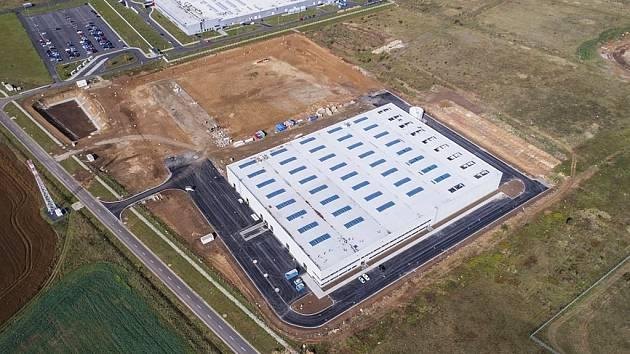Nová hala, kde bude působit společnost ZF Chassis Systems Žatec, vyrostla vedle firmy Grammer.