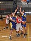 Utkání basketbalistů Loun (v bílém) proti Teplicím