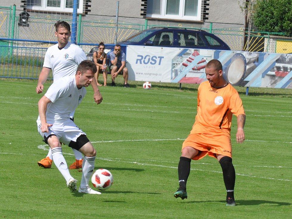 Dobroměřice (v bílém) vybojovaly třetí místo v turnaji, když devíti brankami rozdrtily Blažim.