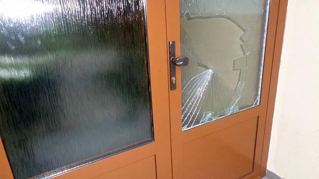 V panelovém domě v lounské ulici SNP muž se ženou poškodili zvonky a vstupní dveře.