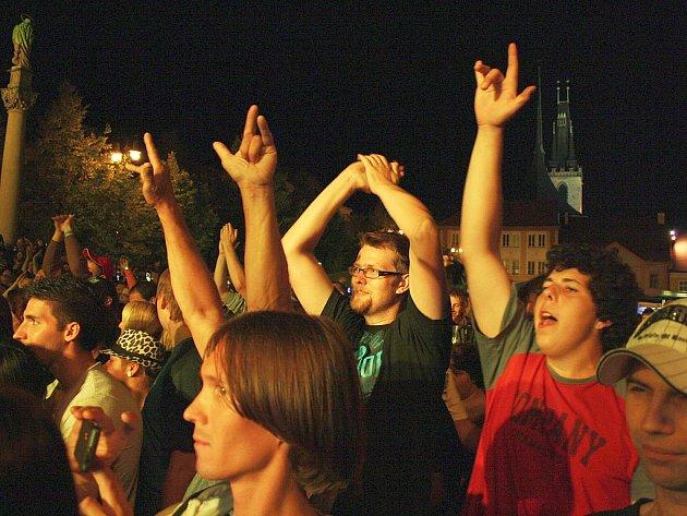 Fanoušci na Vábení při noční produkci na náměstí.