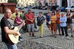 Jan Kranda hraje na kytaru při protestu v Žatci.