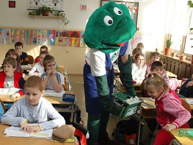 Žabák ukazuje dětem ze Základní školy Jižní v Žatci nádobu na sběr vybitých baterií.