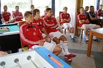 Fotbalisté Viktorie Žižkov naslouchají pokyny trenéra při soustředění v Blšanech.