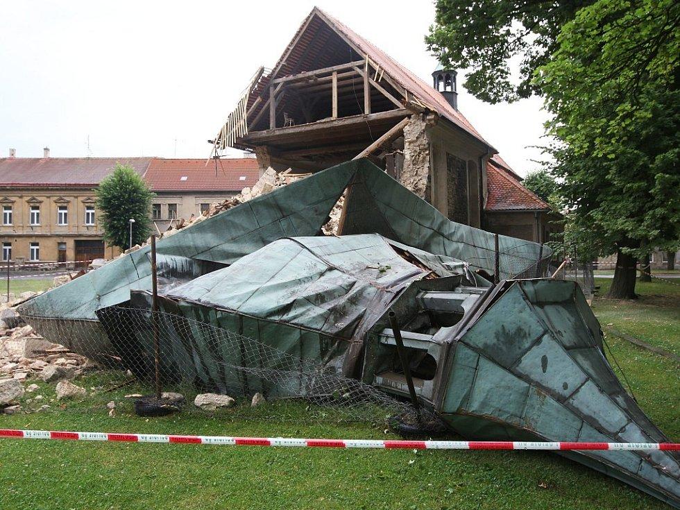 Věž kostela z 13. století se sesula jako domeček z karet a vzala s sebou i část lodi.