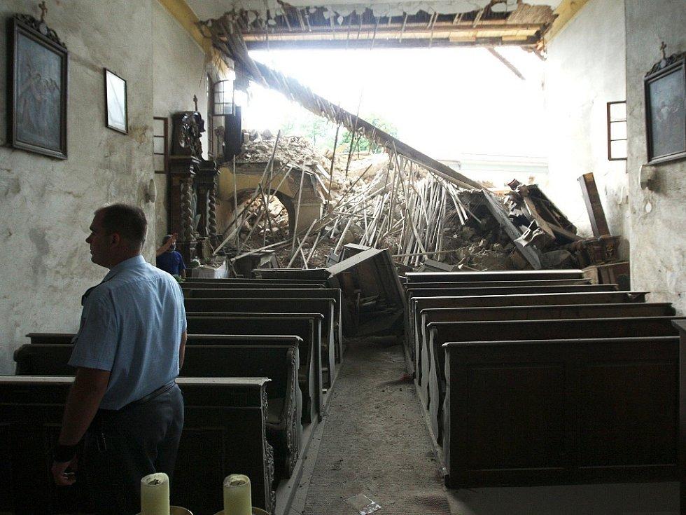 Pohled z interiéru polorozpadlé kostelní lodi.