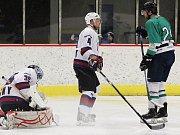 Hokejisté Loun (v bílých dresech) porazili Kadaň B 5:0.