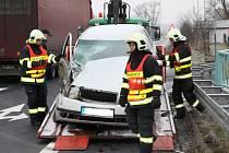 Nehoda na hlavní silnici z Loun do Mostu, na křižovatce mezi Dobroměřicemi a Lenešicemi