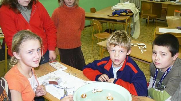 Petra Pleyerová a její kamarádi pouštějí skořápky se svíčkami při hodině dramatické výchovy v Základní škole Postoloprty.